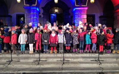Nastop otroškega pevskega zbora pred Mestno hišo